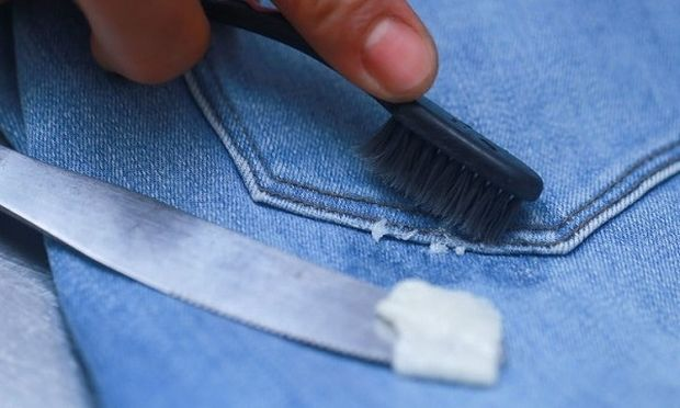 Πώς να βγάλετε την τσίχλα από τα ρούχα (βίντεο)
