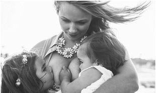 Μητέρα φωτογραφίζεται να θηλάζει ταυτόχρονα τις κόρες της και προκαλεί αντιδράσεις (φωτό)