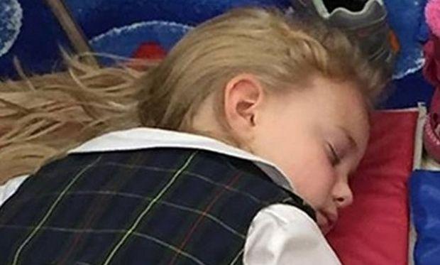 Τρυφερή στιγμή. Το κοριτσάκι κοιμάται κρατώντας... Δείτε τη φωτό