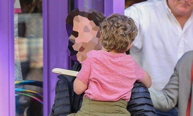 Δείτε τον πολύ γνωστό ηθοποιό να παίζει μπούμερανγκ με τον 5 χρονο γιο του (φωτό)