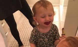 Η κόρη της φορά για πρώτη φορά κραγιόν και φαίνεται να το απολαμβάνει! (εικόνες)