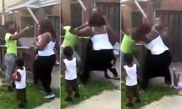 Τρέλα: Μητέρα πετάει το παιδί από την αγκαλιά της για να τσακωθεί με μία άλλη γυναίκα !(βίντεο)