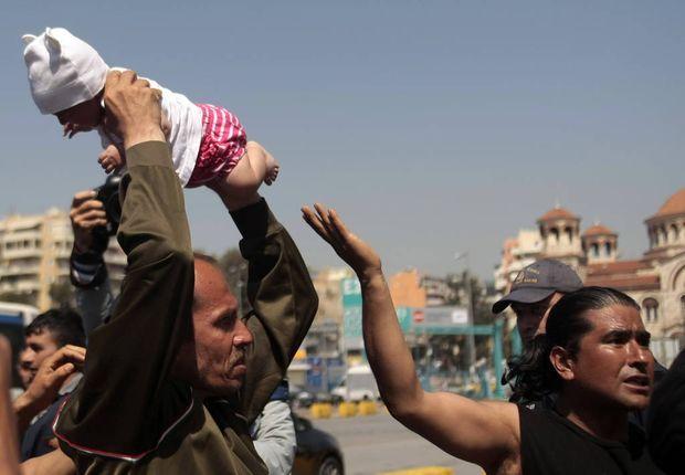 Ασύλληπτες εικόνες στον Πειραιά - Πρόσφυγας κραδαίνει στον αέρα βρέφος