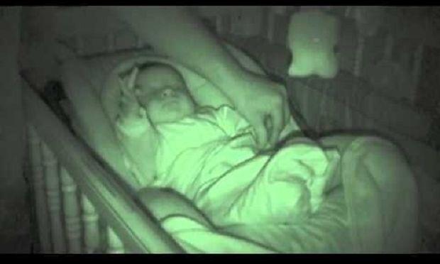 Πήγαν να σκεπάσουν το μωρό και βρέθηκαν προ εκπλήξεως (βίντεο)