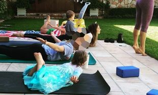 Διάσημη ηθοποιός κάνει yoga με την κόρη της