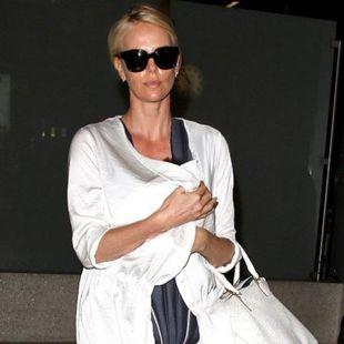 Τρυφερή μαμά: Η Charlize Theron στο αεροδρόμιο με την κόρη της