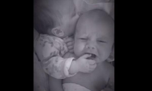 Το βίντεο που κάνει θραύση στο διαδίκτυο: Νεογέννητο βοηθά το δίδυμο αδερφάκι του να σταματήσει το κλάμα!