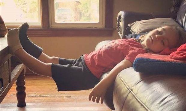 Δείτε τα πιο απίθανα σημεία που μπορούν να αποκοιμηθούν τα παιδιά (φωτό)
