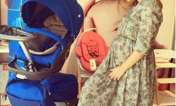 Στον 7ο μήνα της εγκυμοσύνης της επιλέγει καρότσι για το μωρό που περιμένει!