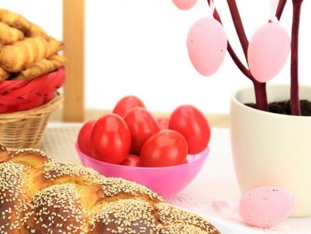 Λαμπάδες, τσουρέκια, αβγά και αρνί στη σούβλα: Πώς καθιερώθηκαν τα έθιμα του Πάσχα;