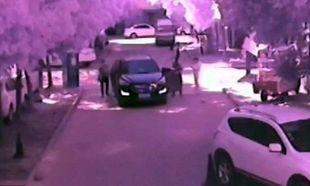 Βίντεο-σοκ: Αγοράκι παρασύρεται από αυτοκίνητο ενώ η μητέρα του παίζει με το κινητό της!