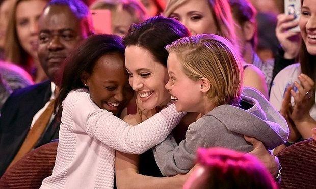 Η Angelina Jolie και τα παιδιά της «υιοθέτησαν» πολυμελή οικογένεια στη Καμπότζη
