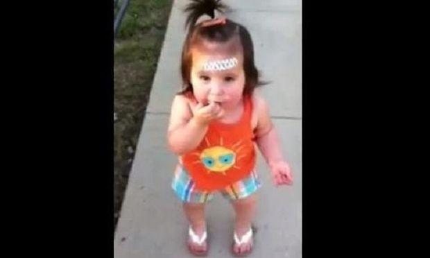 Αξιολάτρευτη η μικρή: Επιπλήττει τη μαμά της γιατί της έκανε παρατήρηση!(βίντεο)
