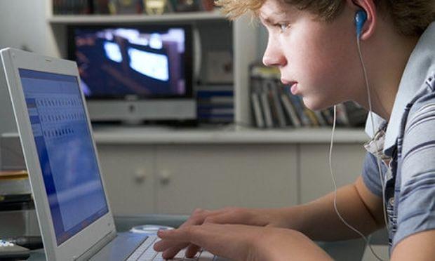 Για ποιους λόγους χρησιμοποιούν οι έφηβοι το διαδίκτυο-Τι δείχνουν τα στοιχεία