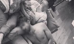 Στην αγκαλιά της γυναίκας του παρέα με τον νεογέννητο γιο του κοιμάται ο γνωστός μπαμπάς!