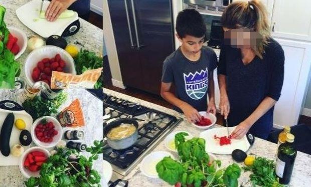 Ελληνίδα παρουσιάστρια μαγειρεύει με τον γιο της! (εικόνα)
