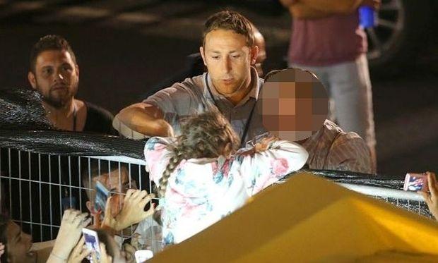 Πλούσιο φωτορεπορτάζ: Πασίγνωστος ηθοποιός σώζει ένα 6χρονο κορίτσι πριν το ποδοπατήσουν οι φαν του!
