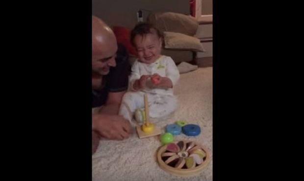 Δεν έχετε δει μωρό να γελάει με αυτό τον τρόπο (βίντεο)