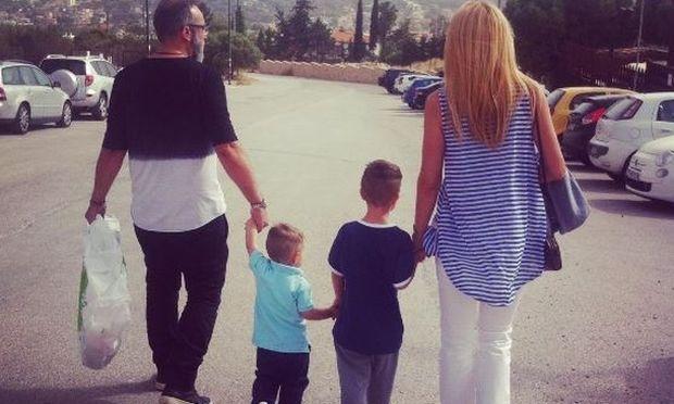 Γρηγόρης Γκουντάρας: Οικογενειακώς στην παραλία για τις πρώτες βουτιές