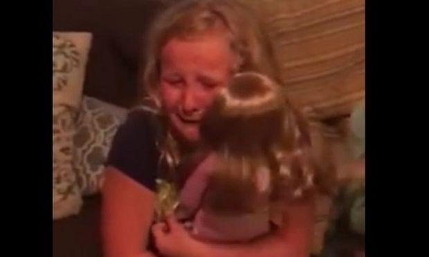 Της έκαναν δώρο μία κούκλα και ξέσπασε σε λυγμούς-Ο λόγος θα σας συγκινήσει
