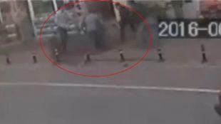 Καρδιοχτύπησαν οι περαστικοί: Τρίχρονος πέφτει απ'τον τέταρτο όροφο - Δείτε πού καταλήγει