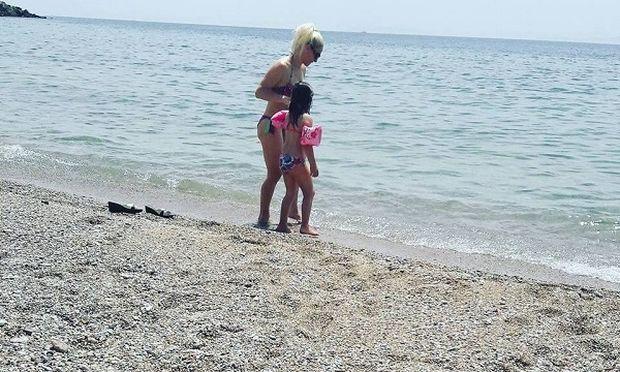 Στην Ανάβυσσο απόλαυσε το πρώτο της μπάνιο μαζί με την κόρη της! (εικόνες)
