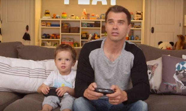 Tα τρικ που χρησιμοποιούν οι μπαμπάδες για να κάνουν το παιχνίδι «ευκολότερο» με τα παιδιά (βίντεο)