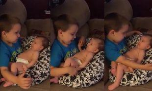 Το βίντεο που έγινε viral: Αγοράκι κρατά αγκαλιά την αδελφούλα του και της τραγουδά