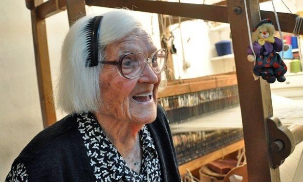Απίθανη Ικαριώτισσα 106 ετών δηλώνει ότι τη χασομεράει ο κόσμος!
