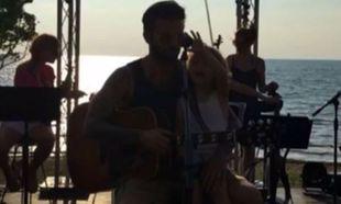 Ένας μικρός ροκ σταρ! Δείτε τον μικρό γιο της Σίσσυς Χρηστίδου στην αγκαλιά του μπαμπά να παίζει κιθάρα (βίντεο)