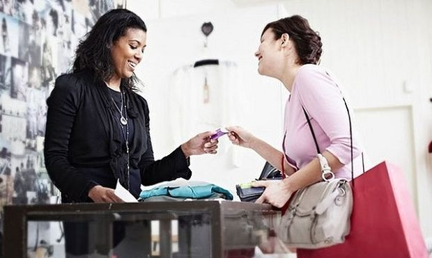 Γιατί οι γυναίκες πληρώνουν περισσότερα από τους άνδρες για τα ίδια ρούχα;