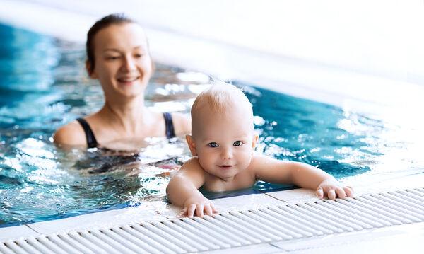 Πώς θα μάθετε στο μωρό σας να επιπλέει (vid)