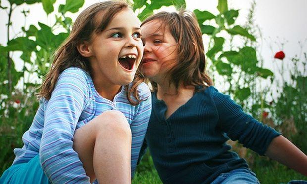«Η κόρη της φίλης μου χειραγωγεί την κόρη μου και δεν ξέρω πώς να το χειριστώ»