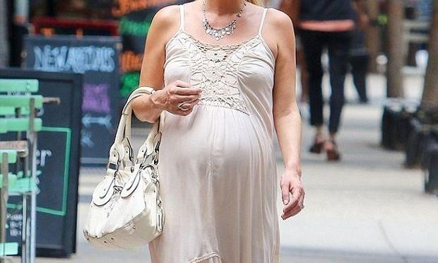 Απολαμβάνει τη βόλτα της λίγο πριν γεννήσει