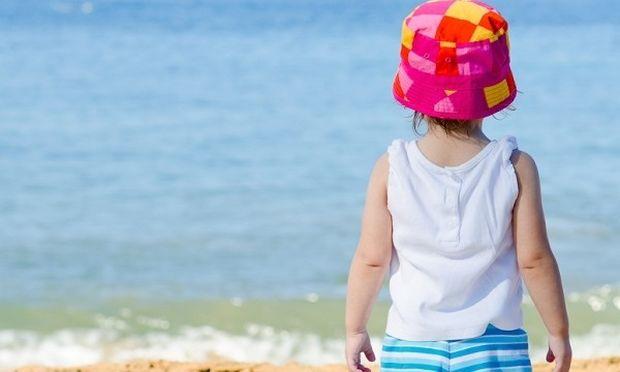 Τι πρέπει να κάνουν οι γονείς όταν το παιδί αρνείται να κολυμπήσει στη θάλασσα