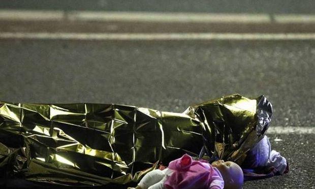 Η φωτογραφία από τη Νίκαια που «λύγισε» όλο τον πλανήτη: Ένα νεκρό παιδάκι και δίπλα η κούκλα του...