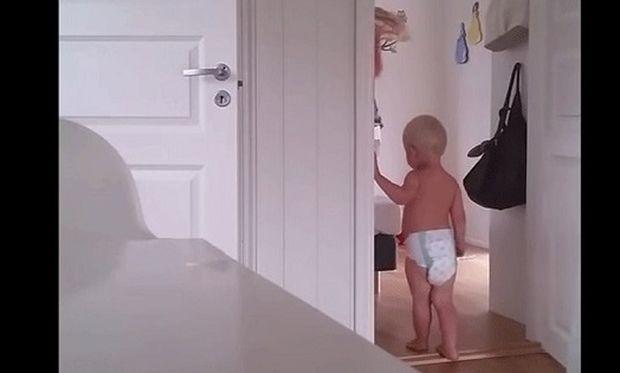 Πώς μπορεί μία μητέρα να βάλει για ύπνο τα δίδυμα παιδιά της όταν εκείνα δεν θέλουν; Δείτε το βίντεο
