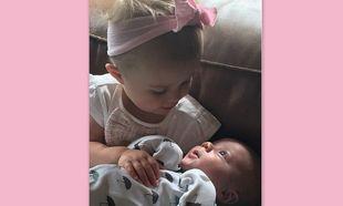Η κόρη της διάσημης σταρ, δεν αφήνει από την αγκαλιά της τον νεογέννητο αδερφό της