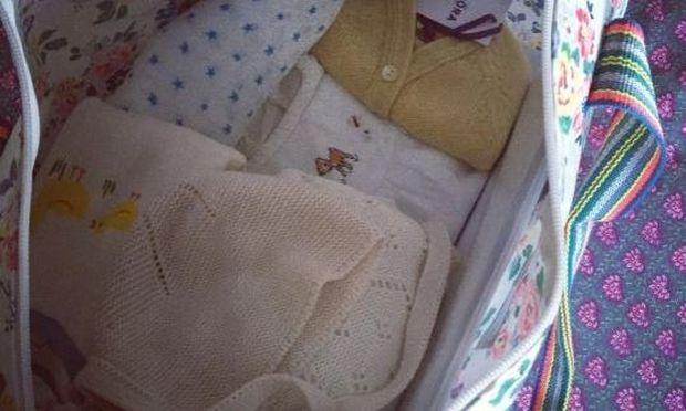 Ετοιμάζει τη βαλίτσα για το μαιευτήριο χωρίς ακόμη να γνωρίζει το φύλο του μωρού