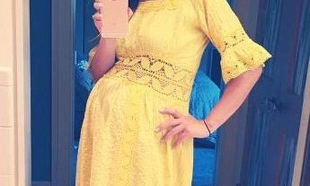 Το κίτρινο της πάει πολύ! Οι μήνες περνούν και η κοιλίτσα της μεγαλώνει...