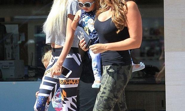 Διάσημες αδελφές για ψώνια με τις κόρες τους