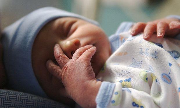 Αυτό το μικρό αγόρι γεννιέται μόνο του χωρίς τη βοήθεια των γιατρών