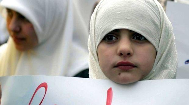 Άνδρες φορούν χιτζάμπ σε μια «καμπάνια» για το δικαίωμα των γυναικών να τις... βγάλουν