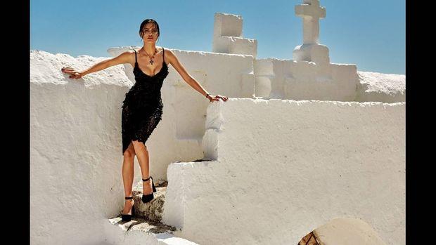To μεσογειακό καλοκαίρι της Ιρίνα Σάικ στις σελίδες της Vogue Japan