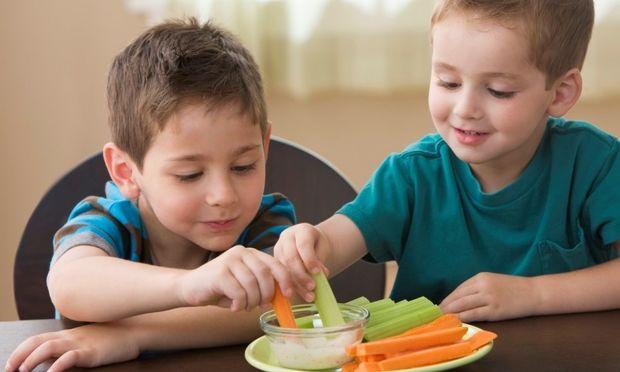 Διατροφή για παιδιά: 10 απίθανοι τρόποι να τα κάνετε να φάνε λαχανικά!
