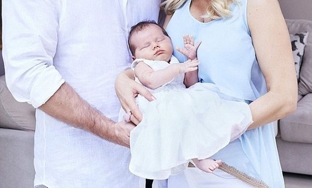 Γνωστό ζευγάρι φωτογραφίζεται για πρώτη φορά με την κόρη του