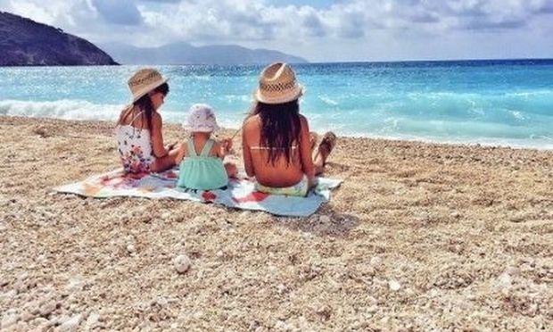 Με τις κόρες του στην παραλία ο Έλληνας τραγουδιστής