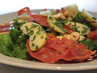 Δροσερή σαλάτα με σπανάκι, προσούτο και ξηρούς καρπούς!