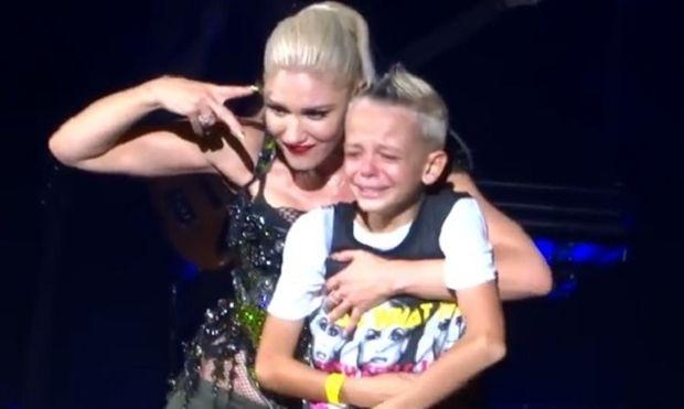 Η Gwen Stefani ανέβασε στη συναυλία της ένα παιδί - θύμα εκφοβισμού (video)