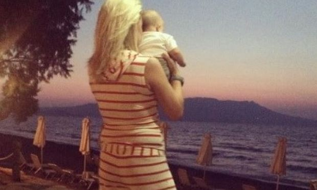 Κατερίνα Καραβάτου: Αγκαλιά με τον γιο της κοιτάζουν το ηλιοβασίλεμα